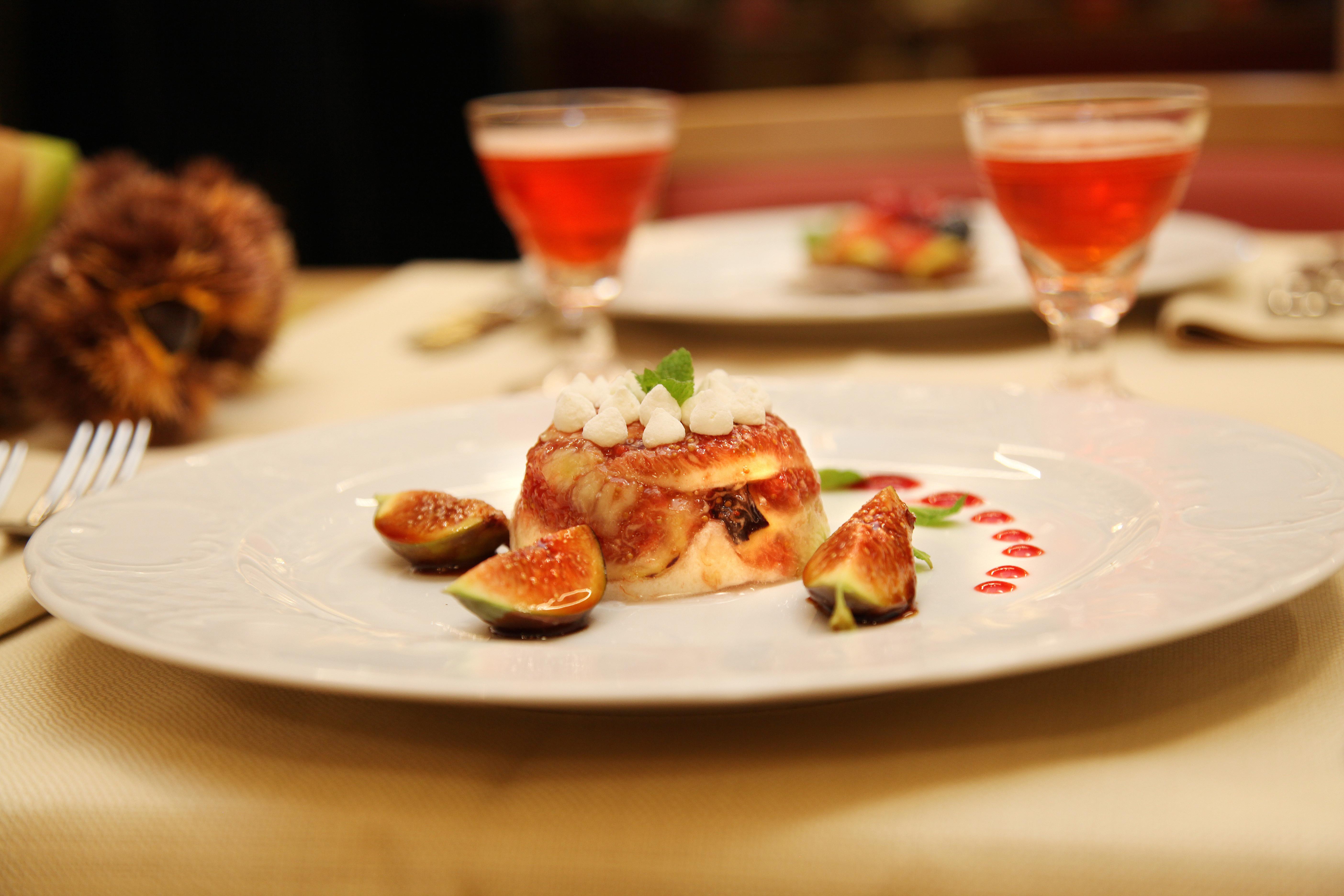 Il delizioso dessert: charlotte di pere e fichi freschi.